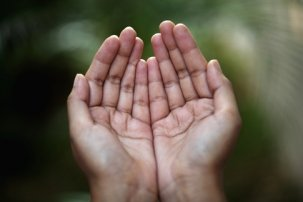Closeup_view_of_praying_hands_xs.jpg